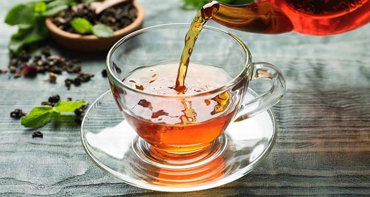 Herbata odwadnia czy nawadnia organizm